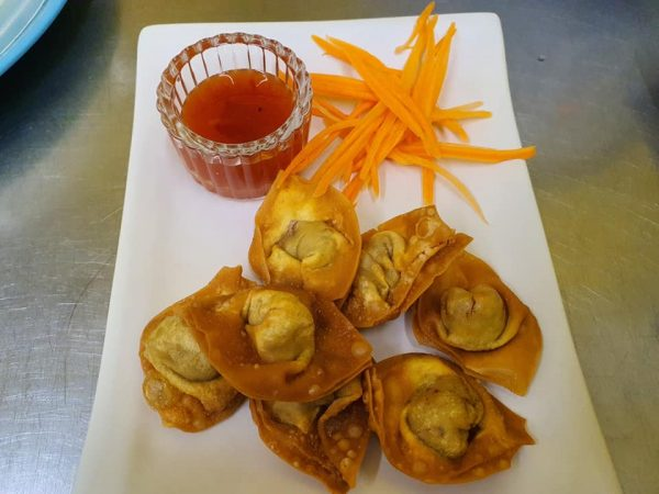 crispy fried wontons served with carrots and sweet chilli sauce